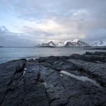 7. Lamholmens svarta klippor mot bergskam på Flakstadsoya